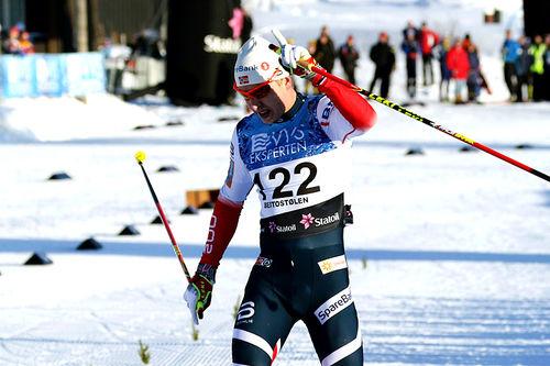 Simen Hegstd Krüger jubler inn til seier på 15 kilometer fri teknikk under den nasjonale sesongåpningen på Beitostølen 2017. Foto: Erik Borg.