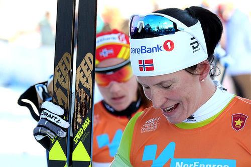 Marit Bjørgen etter seieren på 10 kilometer fri teknikk under den nasjonale sesongåpningen på Beitostølen 2017. Foto: Erik Borg.