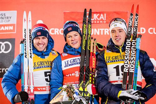 Herrepallen etter sprinten under verdenscupen i finske Ruka 2017. Fra venstre: Pål Golberg (2. plass), Johannes Høsflot Klæbo (1) og Calle Halfvarsson (3). Foto: Modica/NordicFocus.