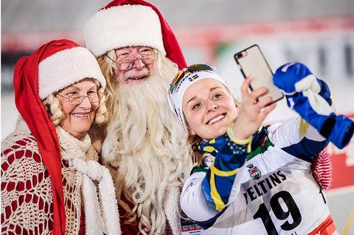 Stina Nilsson med nissemor og nissefar under verdenscupen i Kuusamo og Ruka forrige vinter. Foto: Modica/NordicFocus.