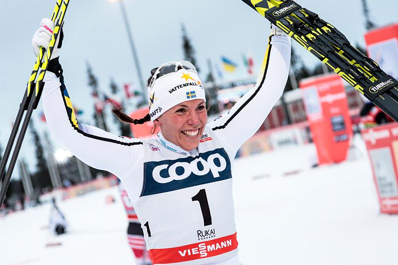 Charlotte Kalla jubler over å ha vunnet Ruka-trippelen i verdenscupen sesongen 2017/2018. Foto: Modica/NordicFocus.