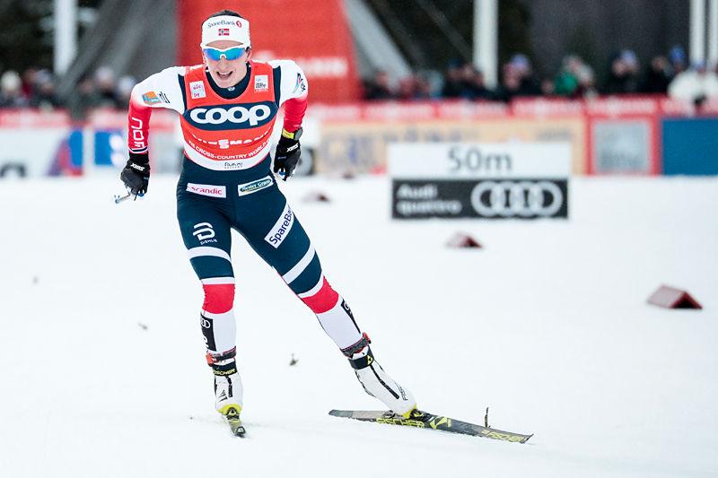 Marit Bjørgen kjemper seg på vei mot 2. plass i verdenscupens Ruka-Trippel 2017. Foto: Modica/NordicFocus.