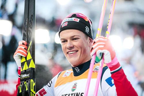 Johannes Høsflot Klæbo jubler etter å ha avgjort Ruka-Trippel 2017 på formidabelt vis. Foto: Modica/NordicFocus.