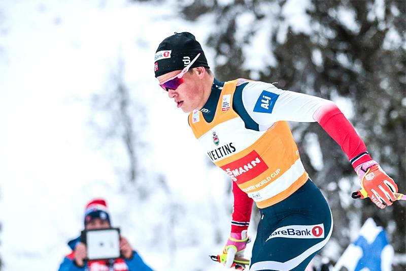 Johannes Høsflot Klæbo på vei mot totalseier i Kuusamo under minitouren Ruka-Trippel 2017. På 30 km skiathlon søndag har han startnummer 1. Foto: Modica/NordicFocus.
