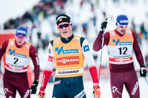 Johannes Høsflot Klæbo inn til seier i verdenscupens sprintfinale på Lillehammer høsten 2017, etterfulgt av 2 russere. Foto: Modica/NordicFocus.