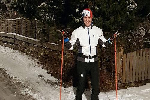 Mange steder i landet er snøforholdene fortsatt stusselige, slik som Erlend Damon Stokke viser her i Oslo, eller ikke-eksisterende, samtidig som det kanskje er for glatt, vått og mørkt for rulleski. Da må man tenke alternativt. Foto: Privat.