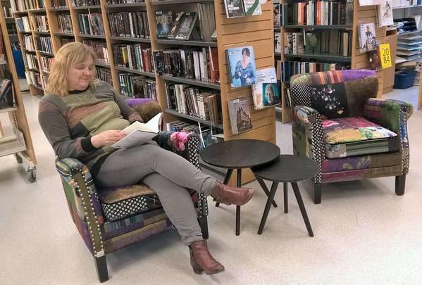 Ordfører Monika Sande prøver stolene i biblioteket