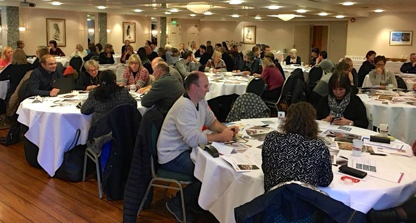 Lederne sitter rundt bord i konferansesalen