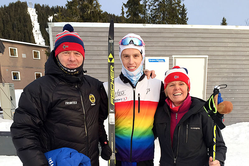 Sondre med sine to ivrigste sponsorer, mor og far, i forbindelse med VM-mønstringsrennene på Natrudstilen før jul 2017. Foto: Sigmund Hov Moen.