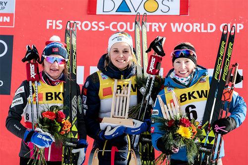 Damepallen i sprinten under verdenscupen i Davos 2017. Fra venstre: Maiken Caspersen Falla (2. plass), Stina Nilsson (1) og Kikkan Randal (3). Foto: Modica/NordicFocus.