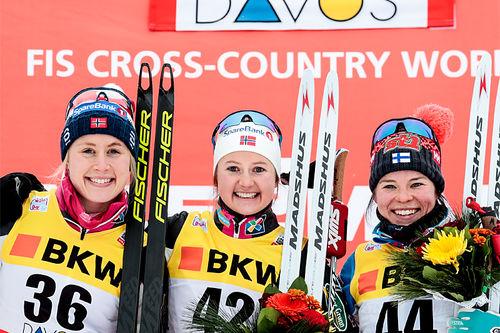 Damepallen på 10 km fri under verdenscupen i Davos 2017. Fra venstre: Ragnhild Haga (2. plass), Ingvild Flugstad Østberg (1) og Krista Pärmäkoski (3). Foto: Modica/NordicFocus.