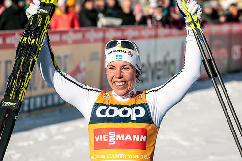 Charlotte Kalla jubler for seier på 10 kilometer fri teknikk under verdenscupen i Toblach 2017. Foto: Modica/NordicFocus.