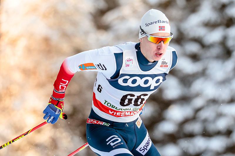 Simen Hegstad Krüger på vei mot sin første verdenscupseier noensinne, på 15 kilometer fri teknikk i Toblach 2017. Foto: Modica/NordicFocus.