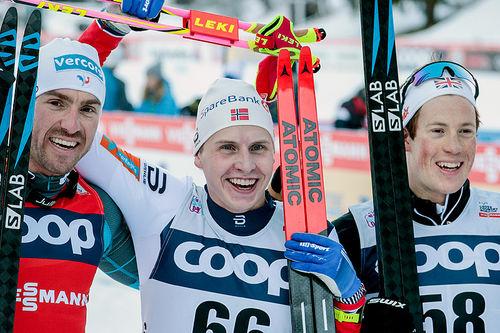 Topp tre på 15 kilometer fri teknikk under verdenscupen i Toblach 2017. Fra venstre: Maurice Manificat (2. plass), Simen Hegstad Krüger (1) og Andrew Musgrave (3). Foto: Modica/NordicFocus.