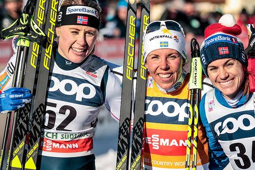 Palltrioen på damenes 10 kilometer fri teknikk under verdenscupen i Toblach 2017. Fra venstre: Ragnhild Haga (2. plass), Charlotte Kalla (1), Heidi Weng (3). Foto: Modica/NordicFocus.