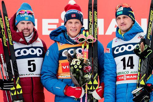 Herrenes seierspall etter 15 kilometer jaktstart i klassisk stil under verdenscupen i Toblach 2017. Fra venstre: Sergey Ustiugov (2. plass), Johannes Høsflot Klæbo (1) og Alexey Poltoranin (3). Foto: Modica/NordicFocus.