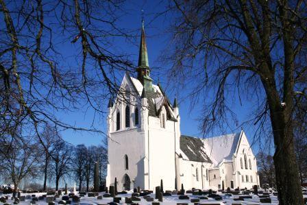 Eidsberg kirke fra sydvest med trær vinter 2009
