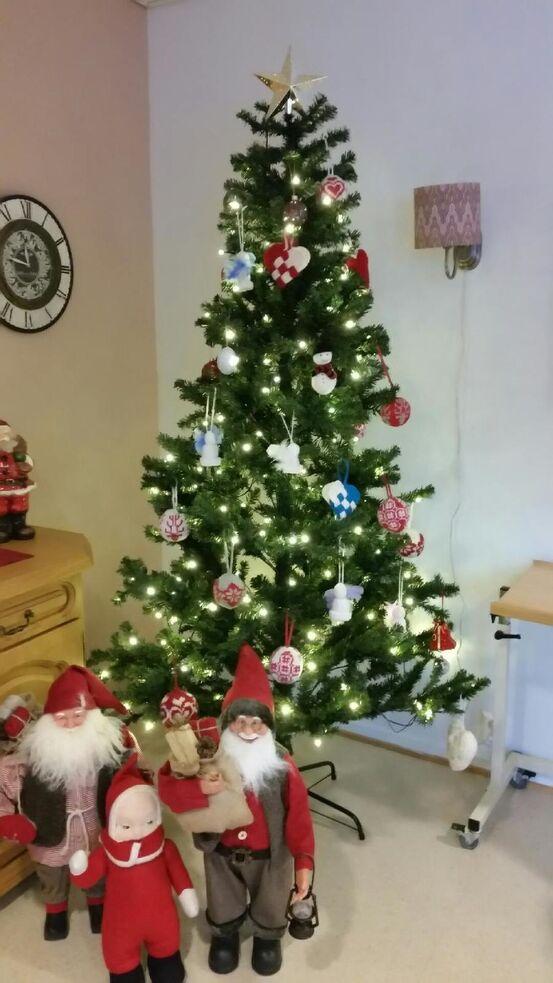 Juletreet på Heimen har bare hjemmelaget pynt
