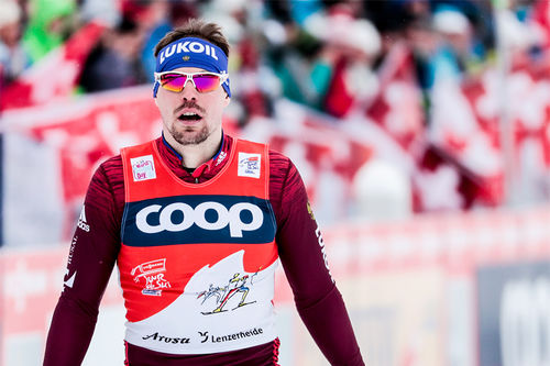 Sergey Ustiugov sklir her inn til suveren vinner av åpningsetappen under Tour de Ski 2017-2018. Foto: Modica/NordicFocus.