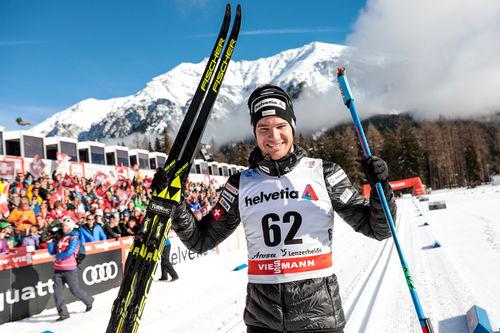 Dario Cologna jubler over å ha vunnet 2. etappe av Tour de Ski 2017-2018. Foto: Modica/NordicFocus.
