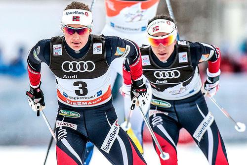 Ingvild Flugstad Østberg med Heidi Weng på heng i forrige Tour de Ski. Foto: Modica/NordicFocus.