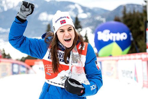 Heidi Weng med trofeet som viser at hun vant Tour de Ski 2017-2018. Foto: Modica/NordicFocus.