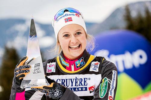 Ingvild Flugstad Østberg med trofeet som viser at hun endte på 2. plass sammenlagt i Tour de Ski 2017-2018. Foto: Modica/NordicFocus.