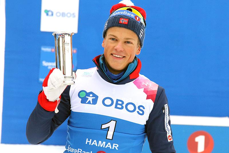 Johannes Høsflot Klæbo med kongepokalen etter at han utklasset konkurrentene i NM-sprinten på Gåsbu 2018. Foto: Erik Borg.
