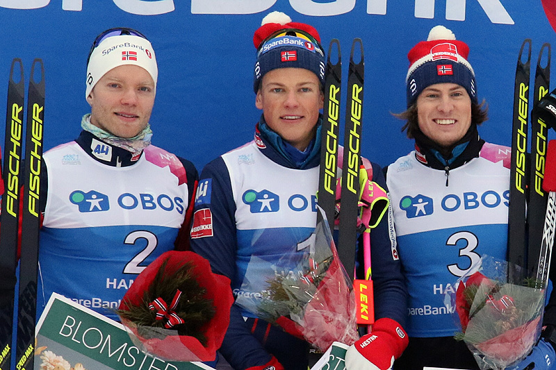 Slik så seierspallen ut etter NM-sprinten, før Kasper Stadaas ble diskvalifisert. Fra venstre: Eirik Brandsdal (2.-plass), Johannes Høsflot Klæbo (1), Stadaas (opprinnelig 3. plass - senere disket). Foto: Erik Borg.
