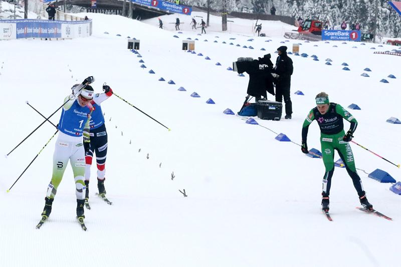 Her sikrer Marit Bjørgen seieren etter spurtoppgjør på 15 km skiathlon under NM på Gåsbu 2018 foran Astrid U. Jacobsen (i grønt) og Ragnhild Haga (delvis skjult bak Bjørgen). Foto: Erik Borg.