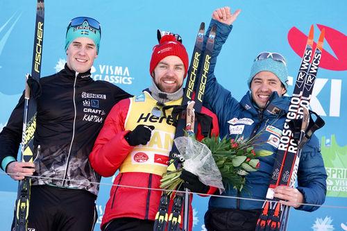 Seierspallen i Kaiser Maximilian Lauf, sesongens 3. renn i Visma Ski Classics. Fra venstre: Andreas Holmberg (2. plass), Tord Asle Gjerdalen (1) og Ilya Chernousov (3). Foto: Magnus Östh/Visma Ski Classics.