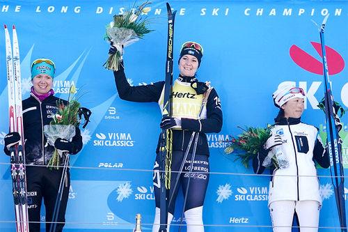 Seierspallen i Kaiser Maximilian Lauf, sesongens 3. renn i Visma Ski Classics. Fra venstre: Sara Lindborg (2. plass), Britta Johansson Norgren (1) og Masako Ishida (3). Foto: Magnus Östh/Visma Ski Classics.