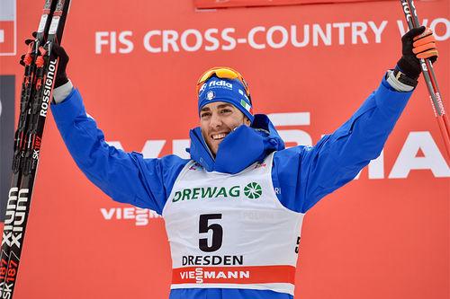 Federico Pellegrino jubler etter å ha toppet verdenscupens sprint i Dresden 2018. Foto: Thibaut/NordicFocus.