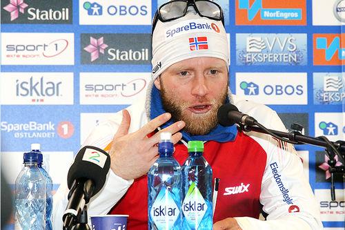 Martin Johnsrud Sundby tegner og forklarer på pressekonferansen etter sitt 3-milsgull i NM på Gåsbu 2018. Foto: Erik Borg.