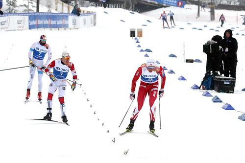 Emil Iversen går IL Varden Meråker inn til NM-gull i stafett under mesterskapet på Gåsbu 2018. Som nummer 2 og 3 følger Simen Hegstad Krüger fra Lyn Ski og Harald Østberg Amundsen fra Asker SK. Foto: Erik Borg.