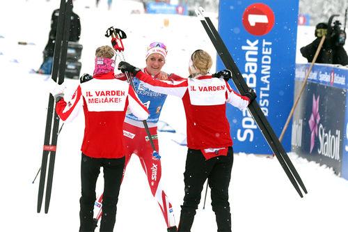 IL Varden Meråker gikk til topps i damenes NM-stafett på Gåsbu 2018. Ankeretappens løper, Kathrine Harsem, tas i mot i mål av sine lagvenninner Astrid Stav og Marthe Kristoffersen. Foto: Erik Borg.