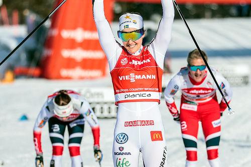 Stina Nilsson inn til seier på verdenscupsprinten i Planica 2018, foran Kathrine Harsem (t.h.) og Maiken Caspersen Falla. Foto: Modica/NordicFocus.