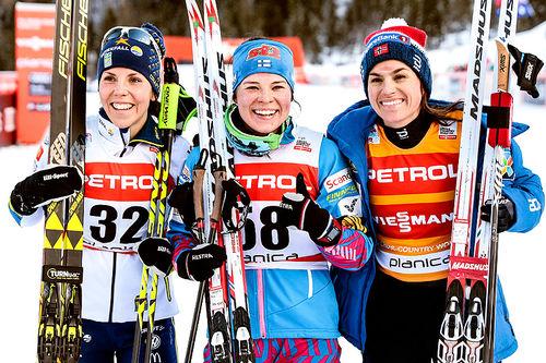 Seierspallen etter 10 kilometer klassisk under verdenscupen i Planica 2018. Fra venstre: Charlotte Kalla (2.-plass), Krista Pärmäkoski (1) og Heidi Weng (3). Foto: Modica/NordicFocus.
