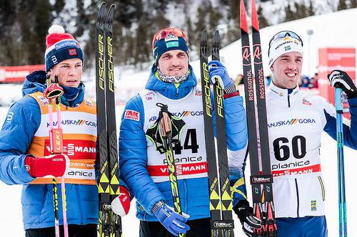 Topptrioen på herrenes 15 kilometer klassisk under verdenscupen i Planica 2018. Fra venstre: Johannes Høsflot Klæbo (2.-plass), Alexey Poltoranin (1) og Calle Halfvarsson (3). Foto: Modica/NordicFocus.