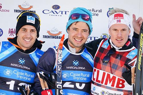 Seierspallen i Marcialonga, sesongens 5. renn i Visma Ski Classics. Fra venstre: Tore Bjørseth Berdal (2. plass), Ilia Chernousov (1) og Morten Eide Pedersen (3). Foto: Magnus Östh/Visma Ski Classics.