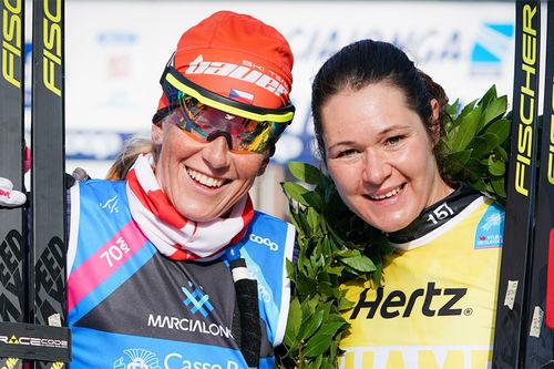 De 2 første i Marcialonga, sesongens 5. renn i Visma Ski Classics. Katerina Smutna til venstre (2. plass) og vinneren Britta Johansson Norgren. Foto: Magnus Östh/Visma Ski Classics.