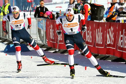 Erik Valnes på vei mot sprintgull under U23-VM i Goms og Sveits 2018. Bak følger Even Northug som ble nummer tre. Foto: Erik Borg.