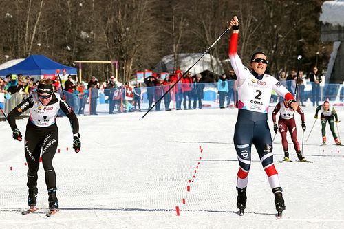 Tiril Udnes Weng strekker armene i været som verdensmester i sprint under U23-VM i sveitsiske Goms 2018, like foran hjemmehåpet Nadine Faehndrich (t.v.). Foto: Erik Borg.