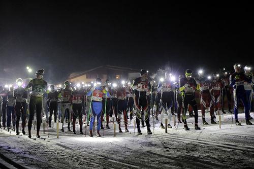 Starten i Moonlight Classic Alpe di Siusi 2018, et mektig skue med 400 deltakere på vei ut i nattemørket. Foto: Tiberio-Sorvillo.