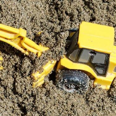 bilde av en leketraktor i sanda