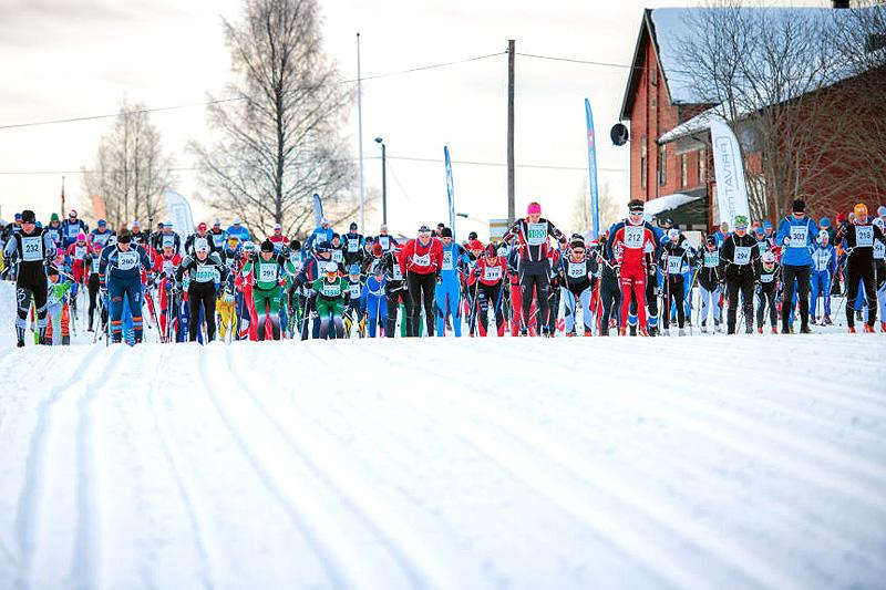 Trysil Skimaraton ser at interessen fortsatt er stor, og håper at de i år kan slå rekordåret sitt fra 2012 da over 800 stod på startstreken i Østby. Her fra fjorårets utgave. Foto: Hans Martin Nysæter/Destinasjon Trysil.