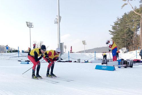 Morten Sætha og Mihhail Lukertsenko, begge fra Swix Racingservice tester smøring under OL Pyeongchang 2018. Foto: Henrik Johnsen / Swix Sport.