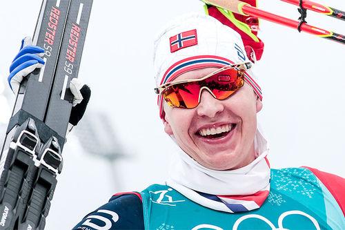 Simen Hegstad Krüger jubler etter å ha vunnet OL-gull på 30 km skiathlon i Pyeongchang 2018. Foto: Modica/NordicFocus.