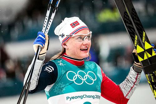 Maiken Caspersen Falla jubler for sølv på sprinten under OL i Pyeongchang 2018. Foto: Modica/NordicFocus.