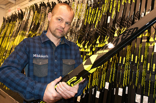 Aslak Berglund er en av de mange ansatte i Milslukern som gjennom en årrekke har sørget for at skiløpere har fått optimale ski og andre sportsprodukter. Foto: Milslukern Sport.